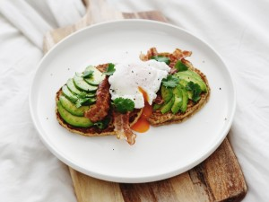 Healthy Pancakes met Bacon, Avocado & Gepocheerd Ei